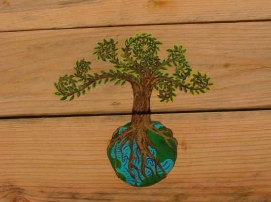 l'arbre de vie sur un meuble en palettes