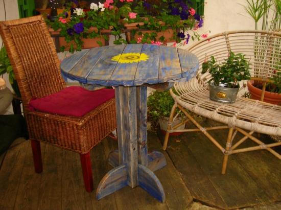 Une table lasuré bleue